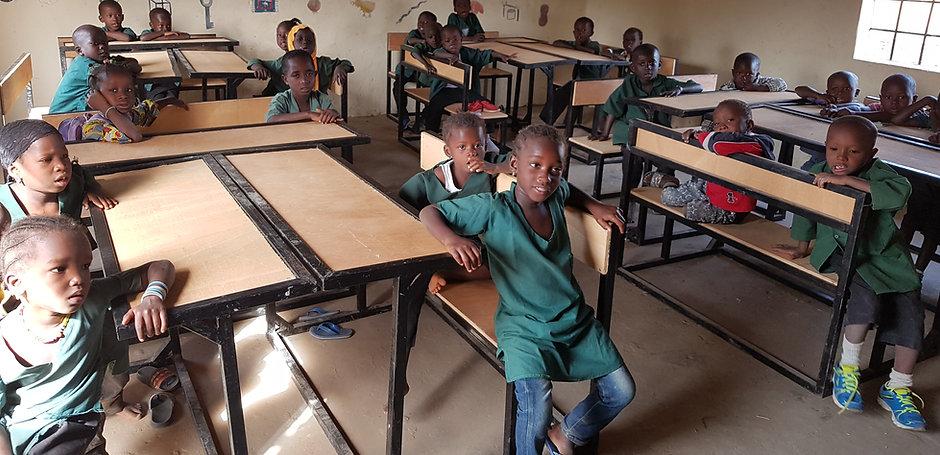 schoolbanken met kinderen.jpg