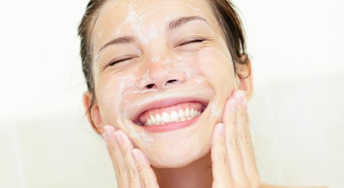 limpar a face diariamente