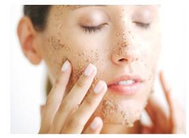 Limpeza facial diária. Conheça os diferentes cosméticos para sua realização.
