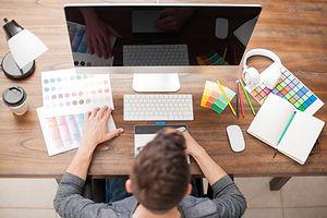 Diseñador en el ordenador