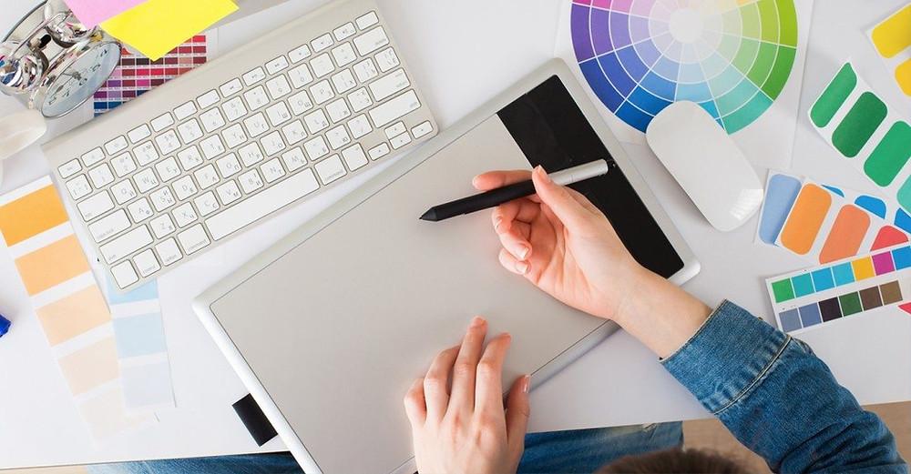 họa sĩ hoạt hình đang sử dụng bảng vẽ điện tử