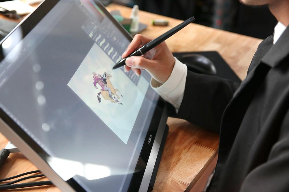 họa sĩ hoạt hình tại DeeDee Animation Studio đang sử dụng bảng vẽ điện tử