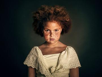 Portrætbillede af en pige med et fantastisk udtryk.