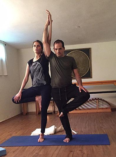 יוגה בזוגות - סטודיו רגעים יוגה לגוף ולנפש