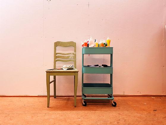 Malwagen-Stuhl-mit-pinseln-und-farben-vor-großer-malwand-im-atelier-a-anne-stuemke-ravensburg.jpg