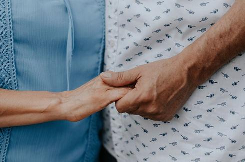 ein-alter-mensch-und-ein-junger-mensch-halten-sich-an-der-hand-im-Kunstprojekt-fuer-senioren-mit-anne-stuemke.jpg