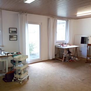 innenraum-atelier-a-mit-staffeleien-arbe