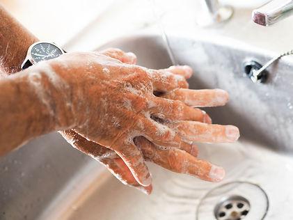 haende-waschen-unter-fließendem-wasser-ist-bestandteil-des-hygienekonzepts-im-atelier-a-ravensburg-vor-allen-malkursen-und-kunstkursen