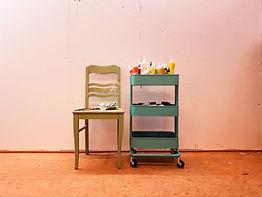 Malwagen-Stuhl-mit-pinseln-und-farben-vor-großer-malwand-im-atelier-a-anne-stuemke-ravensb