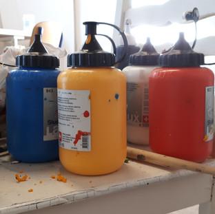 acrylfarben-tuben-auswahl-im-atelier-a-a