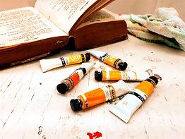 alte-buecher-zwischen-farbtuben-und-pinseln-im-kurs-weisheitsgeschichten-im-atelier-a-rave