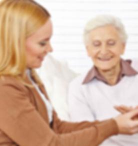 高齢者の女性を支援する薬剤師