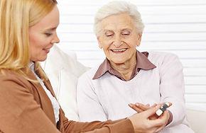 Apotheker helpen bejaarde vrouw