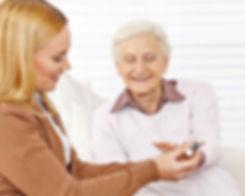 Farmacêutico que ajuda a mulher idosa