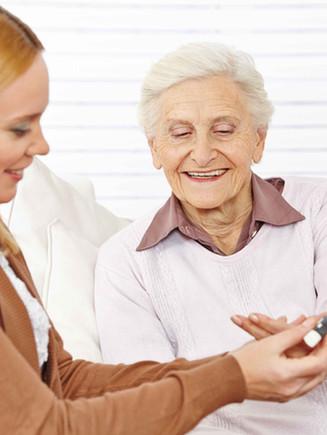 Farmaceuta pomaga starsza kobieta