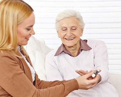 Apotheker helfen, ältere Frau