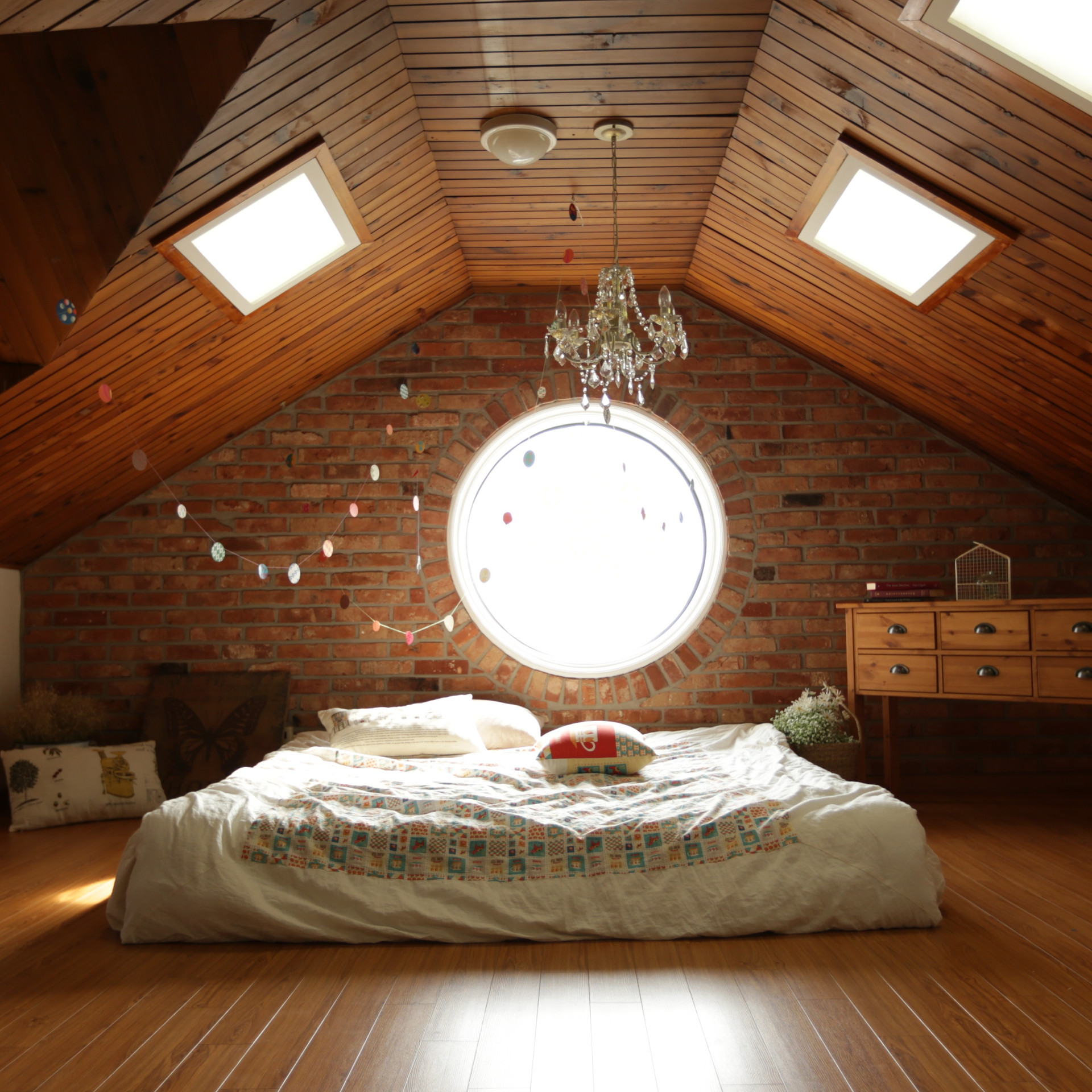 architecture-bed-bedroom-ceiling-271743.