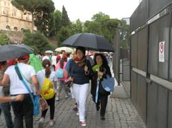 visite du forum sous la pluie