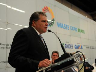 Ministro defende política de resíduos sólidos