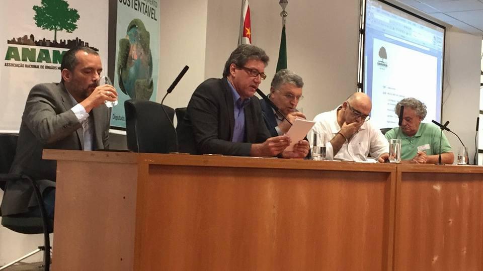 Presidente da Anamma Rogério Menezes faz homenagem ao Secretário João Ricardo Guimarães Caetano pelos relevantes serviços a gestão ambiental Municipal do país.