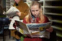 Kati Outisen näyttelemä Ilona Koponen etsii Töölöläinen-lehdestä avoimia työpaikkoja Aki Kaurismäen elokuvassa Kauas pilvet karkaavat. Kuva Malla Hukkanen.
