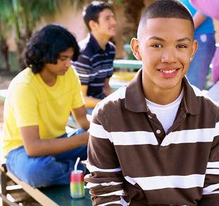 Menino adolescente de sorriso