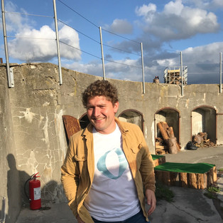 Haps deler kontor nogle af de bedste, her Danmarks dygtigste afvikler: Jacob Damgaard, som havde fået Havhyldest op og stå