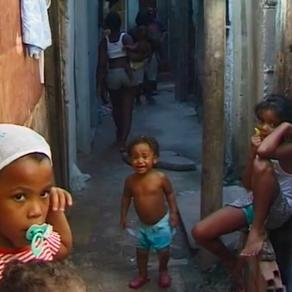 Zwischen Mauern und Favelas