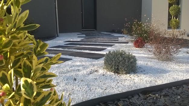 Une Allée Moderne Au Milieu De Végétaux Colorés | Un Beau Jardin