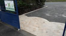 Une cour et son portail d'entrée