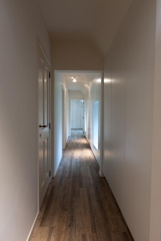 Ensemble d'armoires dans le couloir