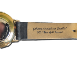 Lasergravur_auf_Leberarmband_einer_Armbanduhr