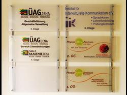 Wegeleitsystem mit Acrylglasscheiben