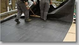 installing epdm seanless roofing.jpg