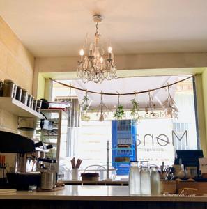 Mona, Cafe`