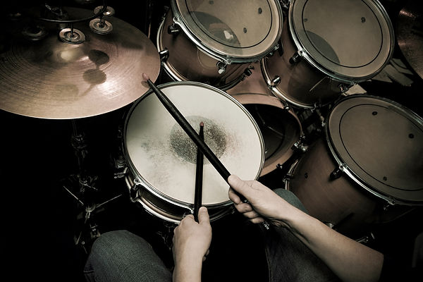 muzykalnyi-instrument-udarnaia-ustanovka