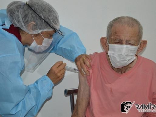 Idosos do abrigo em São José de Piranhas recebem vacina contra Covid-19
