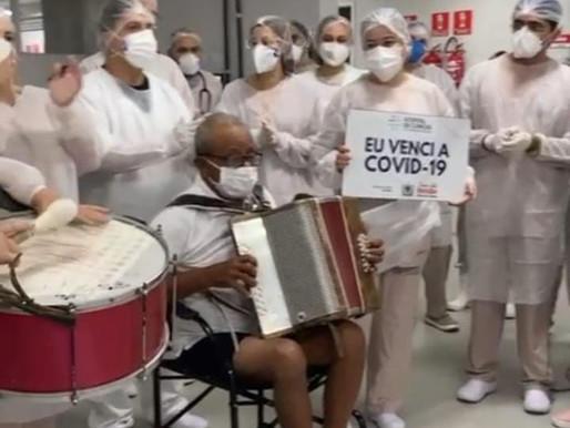 Aposentado recuperado da Covid-19 sai do Hospital tocando sanfona, em Campina Grande
