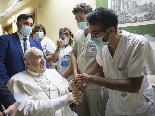 Papa Francisco deixa o hospital 10 dias após cirurgia