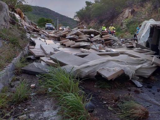 Caminhão tomba na PB-400 e duas pessoas ficam feridas