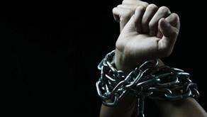 Homem agride a ex-esposa e acorrenta o filho, no Sertão da Paraíba