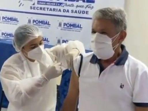 Fura fila: Prefeito é o primeiro a receber vacina em Pombal