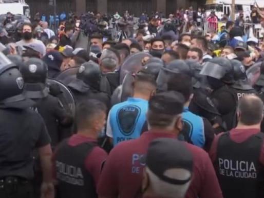 Antes de abrir, velório de Maradona tem confronto com a polícia