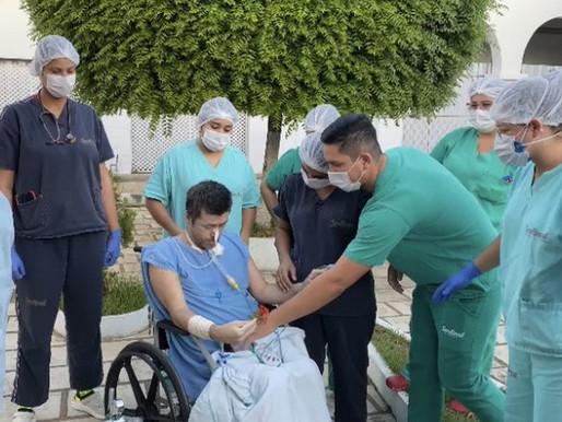 Paciente que se recupera da covid-19 se emociona com banho de sol no Hospital Regional de Patos