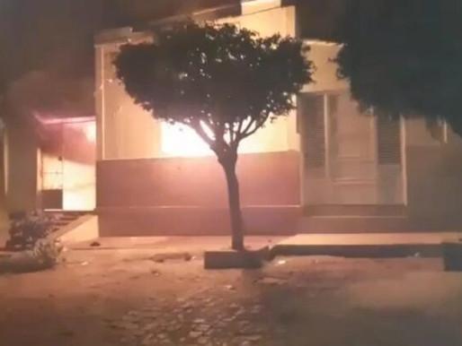 Homem é preso suspeito de provocar incêndio na casa dos pais em Cajazeiras