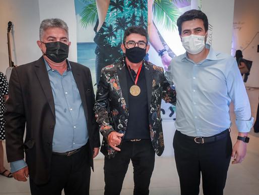 ALPB entrega Medalha Gabriel Diniz ao pai e ex-integrantes do staff do cantor