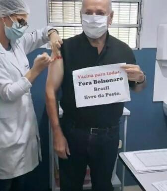 Na Paraíba: Padre recebe vacina contra Covid-19 e protesta contra o presidente Jair Bolsonaro