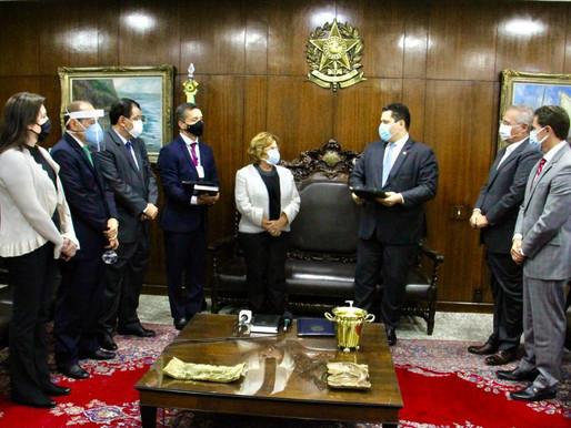 Nilda Gondim assume vaga no Senado ao lado do filho e senador Veneziano