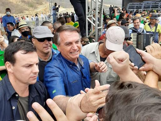 """Aos gritos de """"mito"""", Bolsonaro é recebido por multidão no Sertão da Paraíba"""