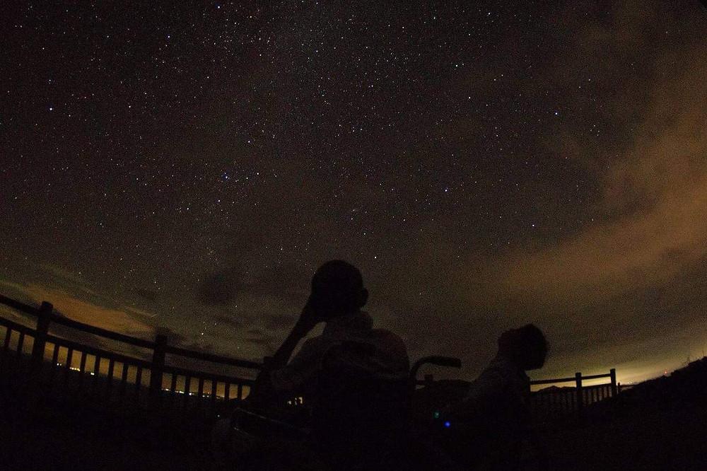 甑島の満点の星空を車椅子で観賞